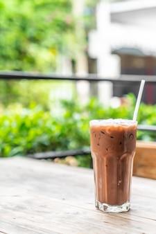 カフェでアイスチョコレートグラス