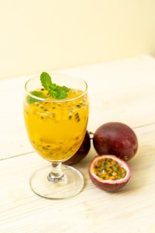 新鮮でアイスのパッションフルーツジュース