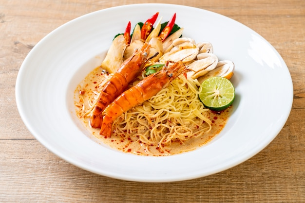 Макароны спагетти с пряными креветками (том ям гунг)