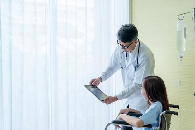 先輩医師と車椅子の女性患者