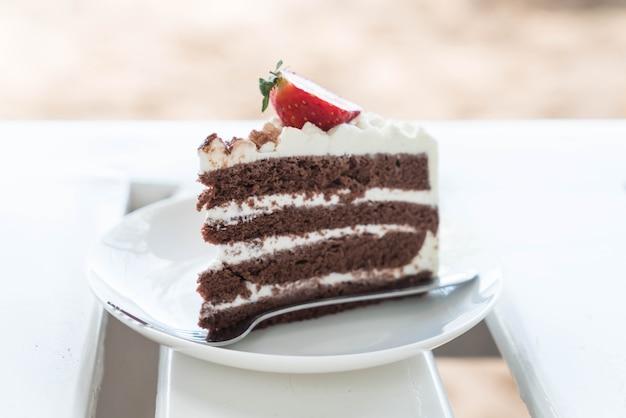 Ванильный и шоколадный торт с клубникой