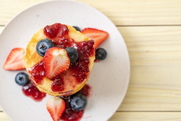 イチゴとブルーベリーのパンケーキ