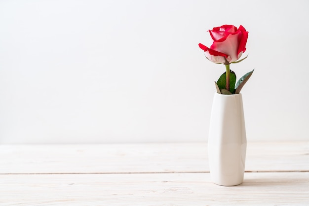 木の上の赤いバラ