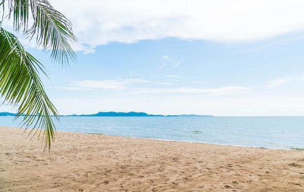 タイのパタヤでパームとトロピカルビーチ