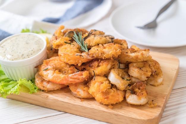 揚げ魚介類(イカ、エビ、ムール貝)のソース添え