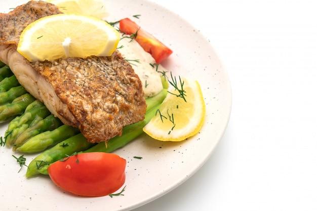 Жареный стейк из окуня с рыбой