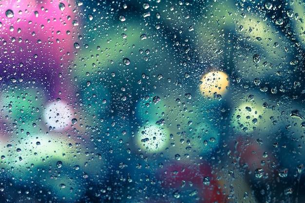 Дождь падает на окно