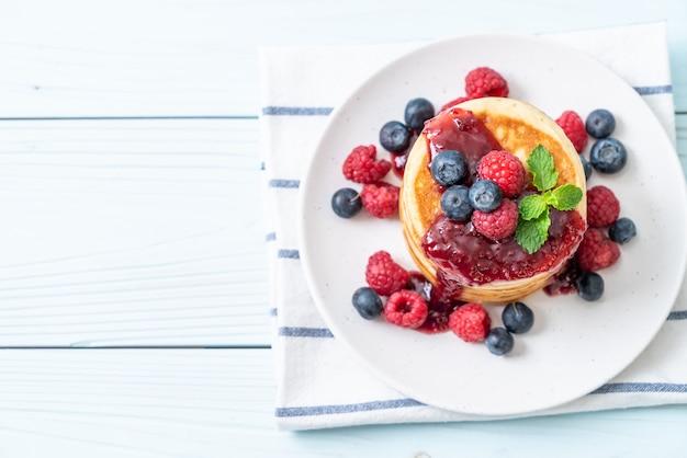 新鮮なラズベリーとブルーベリーのパンケーキ