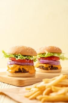 チーズとフライドポテトと新鮮なおいしい牛肉バーガー