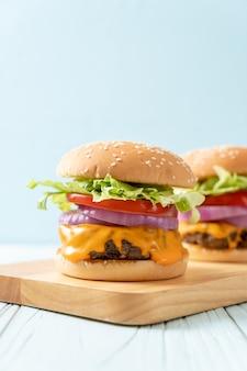 Свежий вкусный говяжий бургер с сыром и картофелем фри