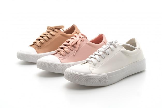 女性の革のスニーカーの靴