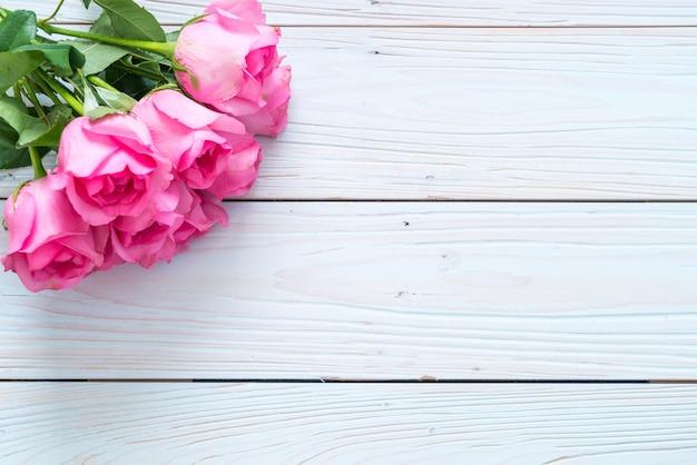 木の上に花瓶のピンクのバラ