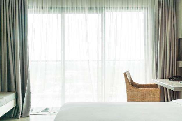 リビングルームで抽象的なぼかし空カーテンのインテリア