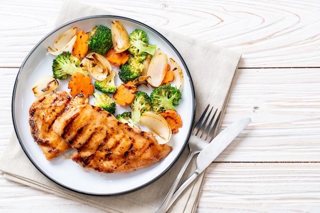 野菜とグリルした鶏の胸肉ステーキ