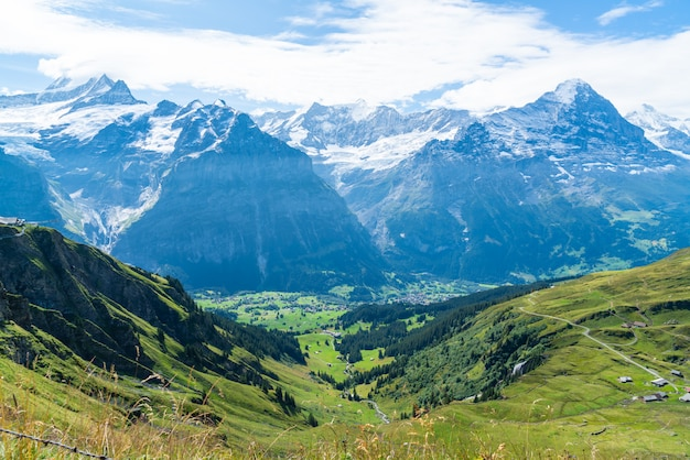 スイスのアルプス山とグリンデルヴァルト村
