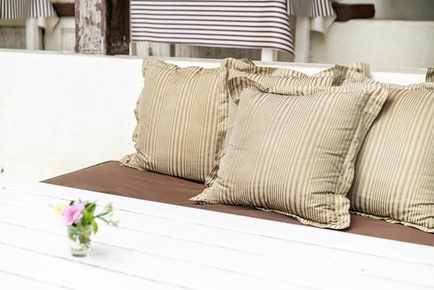 Удобная подушка на открытом патио