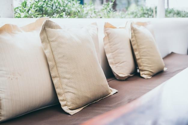 屋外パティオの快適な枕
