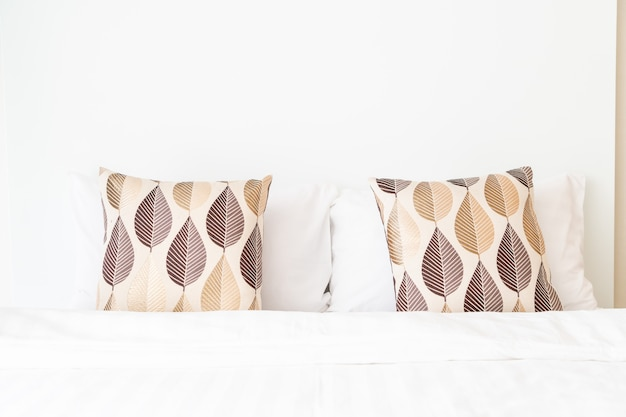 ベッドルームのベッドの装飾の美しい枕