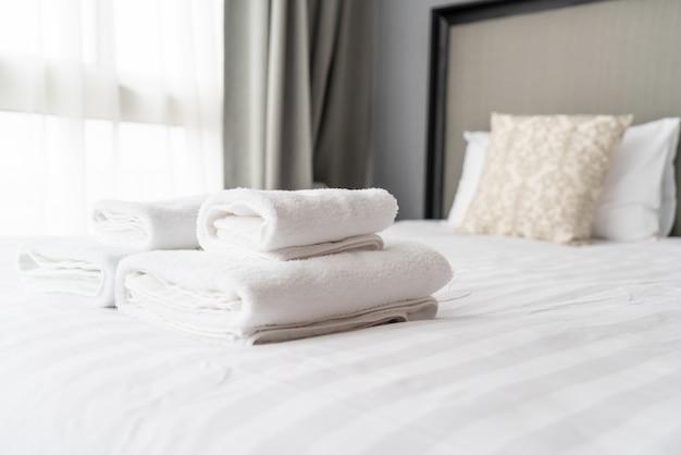 Белое полотенце на кровати
