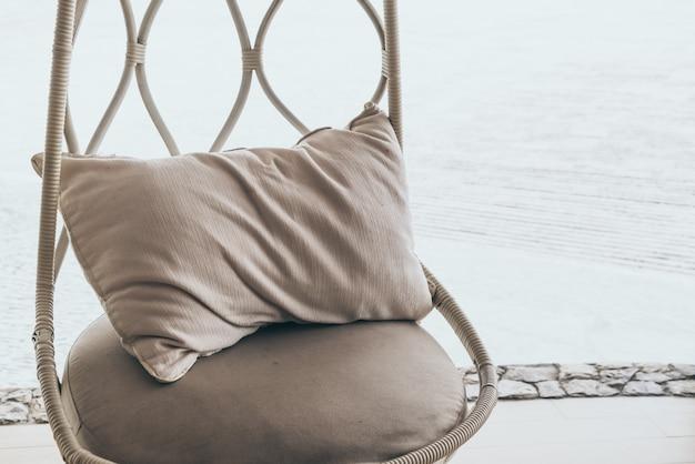 ホテルリゾートのパティオの椅子の枕