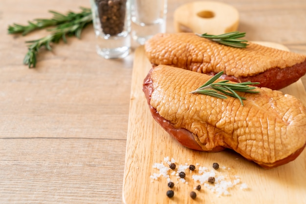 新鮮な生鴨胸肉