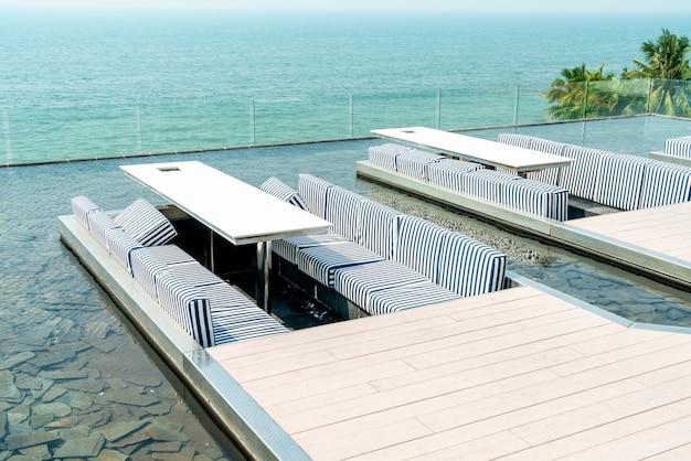 Стол и стул в ресторане с видом на море