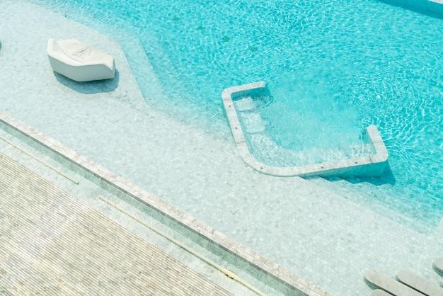 美しい高級ホテルスイミングプールリゾートの空撮