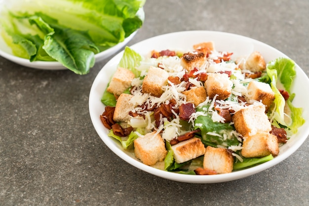 Салат цезарь на столе