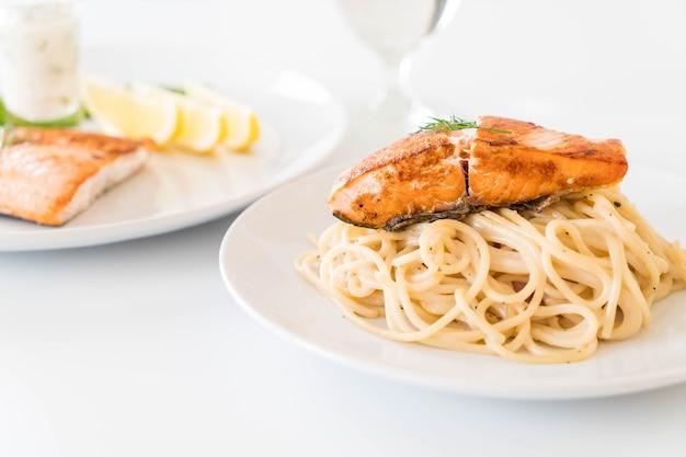 サケとスパゲッティクリームソース