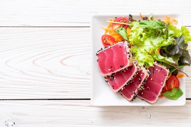 生のマグロと野菜のサラダ