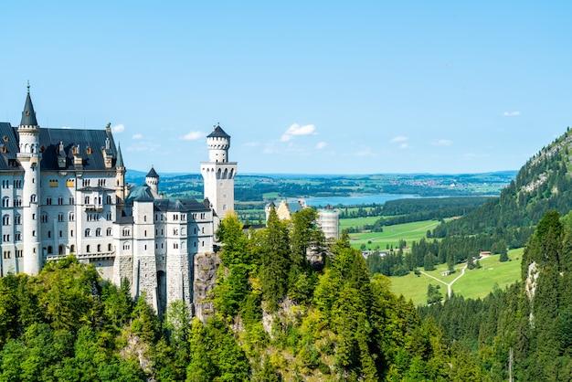 ドイツのバイエルンアルプスのノイシュヴァンシュタイン城の美しい建築。