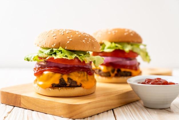 Свежий вкусный говяжий бургер с сыром и кетчупом