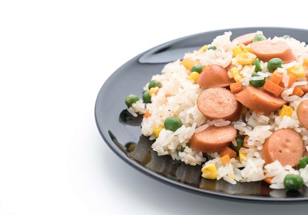 Жареный рис с колбасой