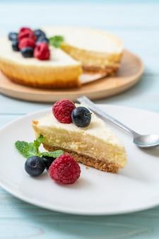 ラズベリーとブルーベリーの自家製チーズケーキ