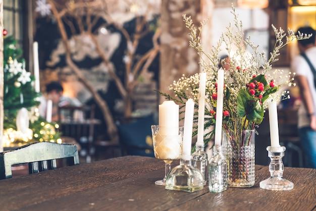 カフェレストランのテーブルの上のキャンドルと花瓶の装飾