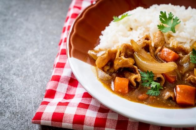 スライスした豚肉、ニンジン、玉ねぎを使った日本のカレーライス