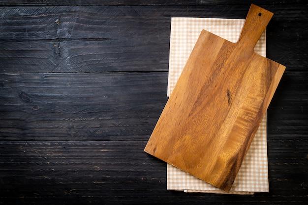 キッチンクロスと空の切断木の板