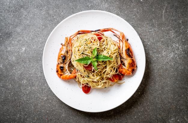 エビのグリルとトマトのスパゲッティ炒め
