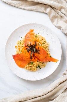 スモークサーモンとエビの卵のスパゲッティ