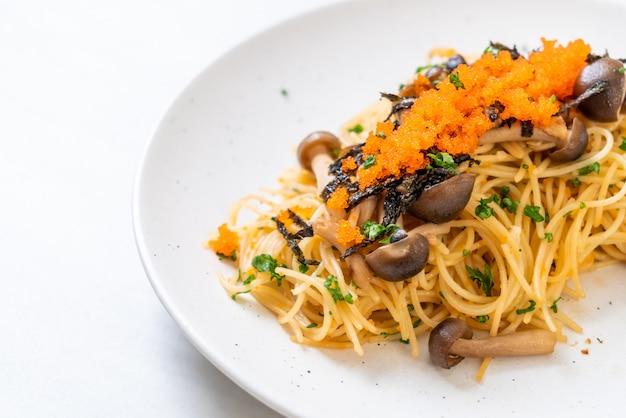 キノコ、エビの卵、海藻のスパゲッティ