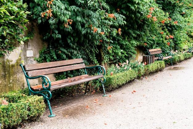 公園の空のベンチ