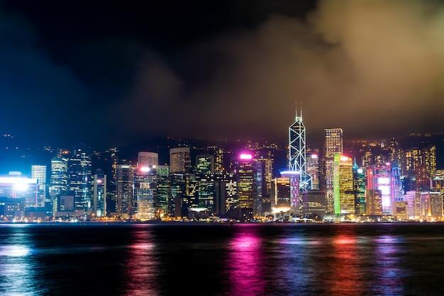 夜の香港の街並みとライトアップ