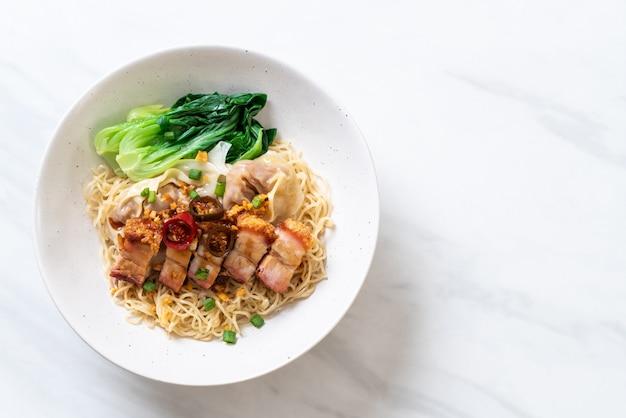 シャキッとした豚バラ肉とワンタンの卵麺スープ