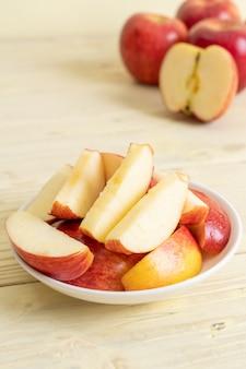Свежие красные яблоки нарезанный миску