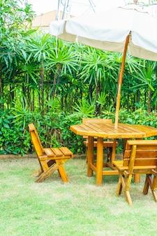 空の木製屋外パティオテーブルと家の庭の椅子