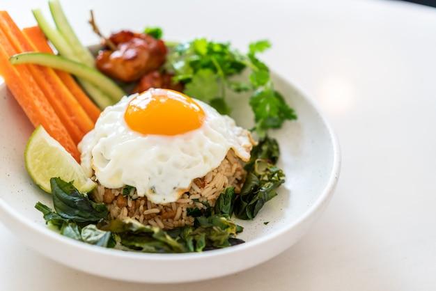 Острый жареный рис с жареным яйцом и овощами