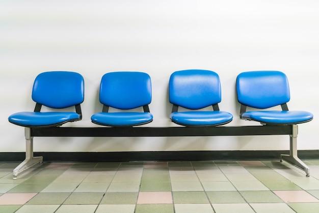 Пустое синее кожаное кресло
