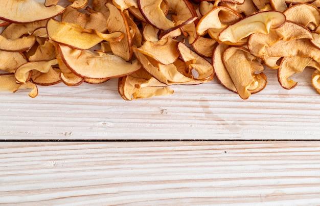 Домашнее сушеное органическое яблоко нарезанное ломтиками