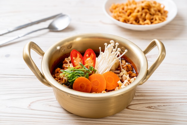 黄金の鍋に韓国のインスタントラーメン