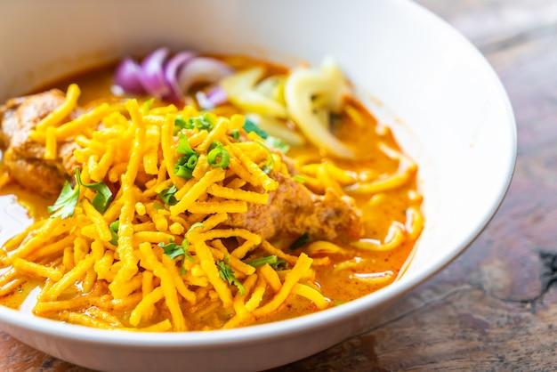 タイ北部風チキンカレー麺
